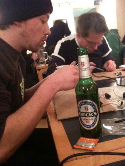 Leaf Audio Workshop – Zachi beim Bestücken der Platine